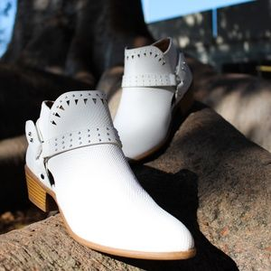 🆕//The Murray/ White western ankle Bootie